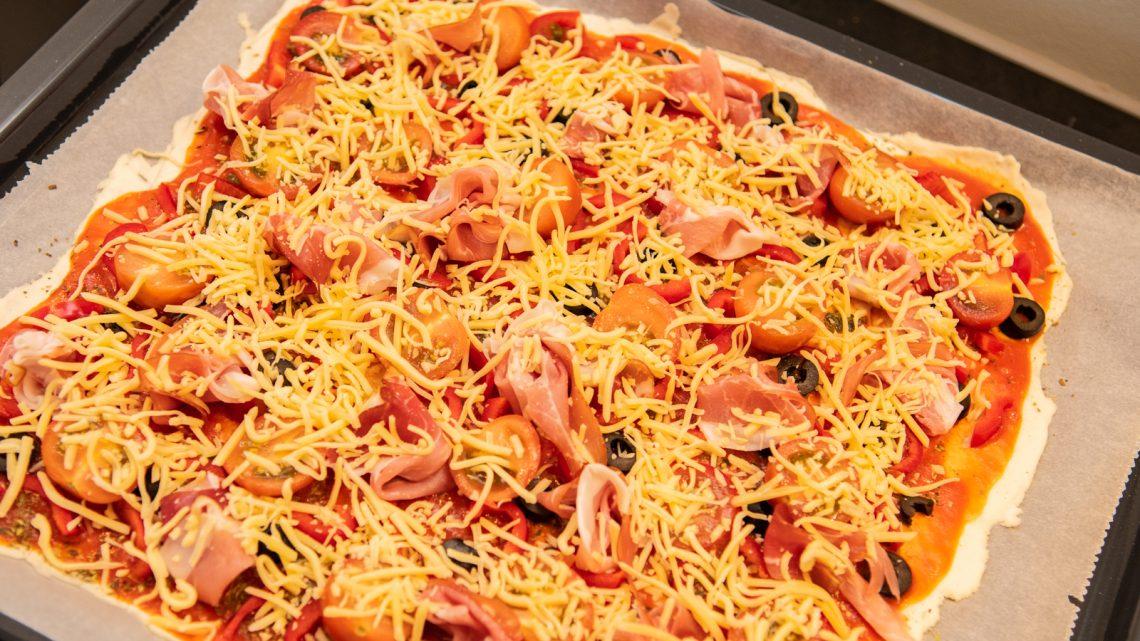 Pizza met paprika, tomaat en olijven