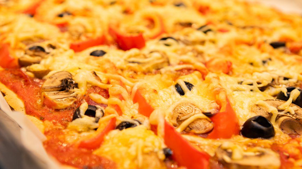 Pizza met salami en champignon