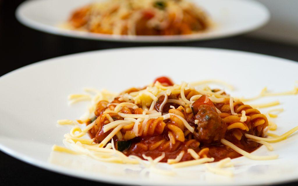 Pasta met gehaktballetjes in tomatensaus